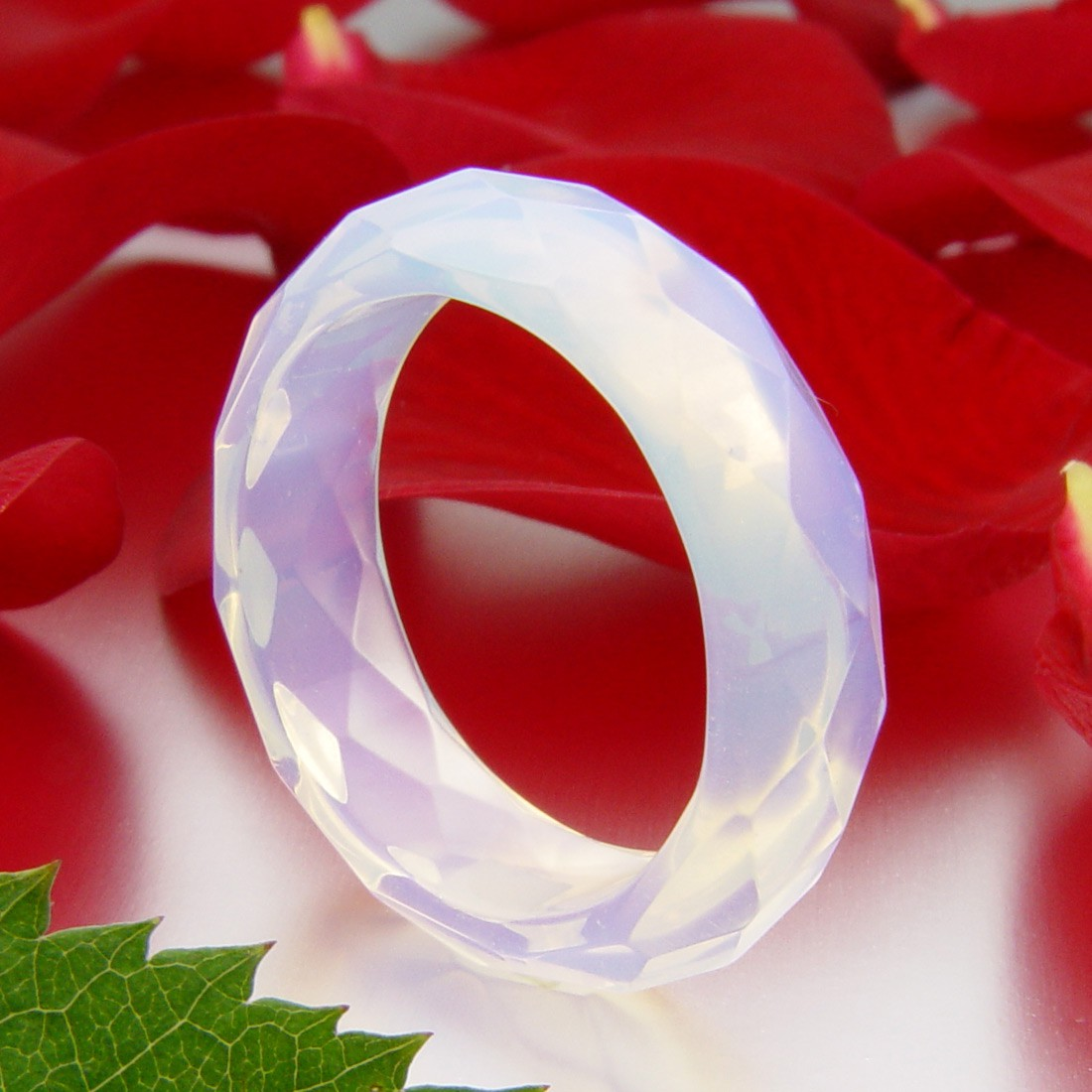 faccetierter ring aus opalit synth mondstein damenring. Black Bedroom Furniture Sets. Home Design Ideas
